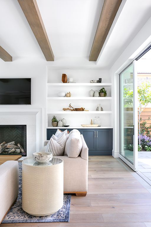 Love this warm and inviting living room with built in shelving and gorgeous wood beams #coastaldecor #livingroomdecor #bluedecor ⠀⠀⠀⠀
