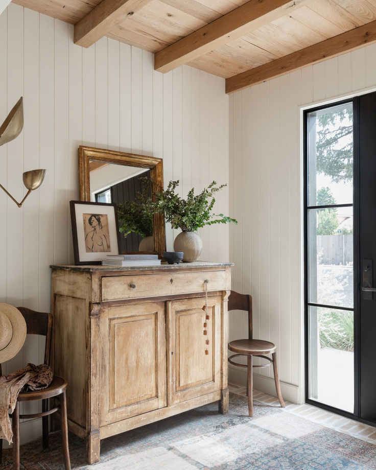 Design and decor trends for 2021: vintage cabinet in entryway